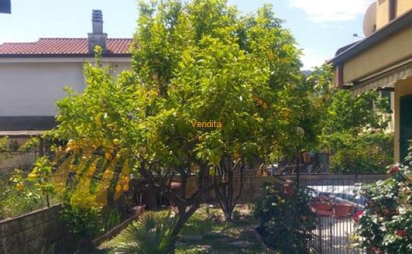 Vendesi porzione di Casa Indipendente con giardino privato